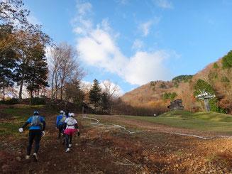 スキー場のゲレンデを登る