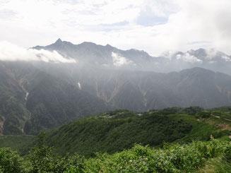 穂高と鏡平山荘 弓折中段から