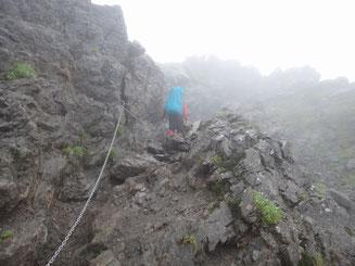 岩稜帯に入るころ、雨も本降り