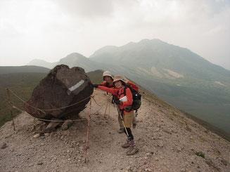 登山道にこんな大きな火山岩が