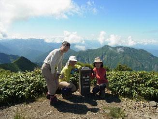 越後駒ケ岳山頂にてバックは八海山(山頂がギザギザです)
