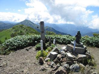 越後駒ケ岳山頂から中ノ岳(やや左、三角の山)