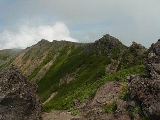 お鉢めぐりは岩場も多い 右、羊蹄山山頂
