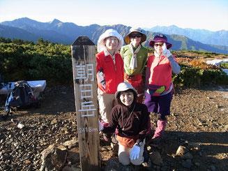 朝日岳山頂(2,418.3m)にて。左から白馬、旭岳。薄く剱