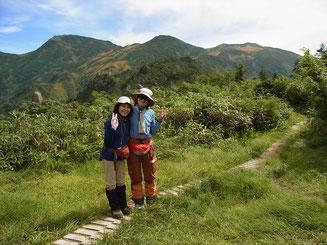 イブリ山山頂(1,791m)から前朝日、朝日岳をバックに