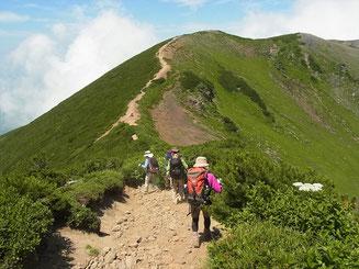お鉢めぐりの岩稜帯を抜けると快適な道です