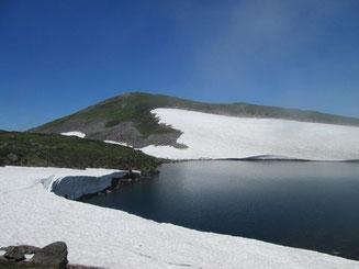 7月末でも雪を残す北沼湖畔