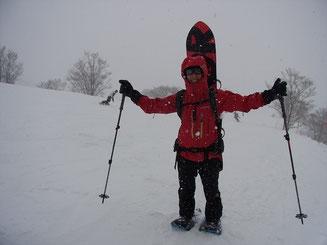 雪降る中、真っ赤な鷲のようです H田さん