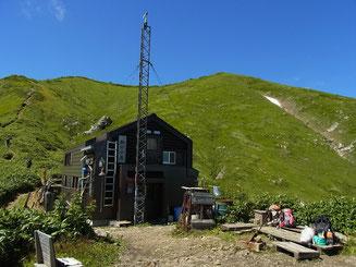 駒の小屋と越後駒ケ岳(やや右側)