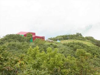 やっと、犬ケ岳山頂直下にある栂海山荘に到着