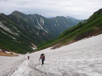 日本三大雪渓の針ノ木雪渓を歩く