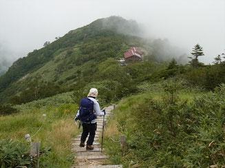 平標山ノ家が見えてきました。やっと休憩できる。