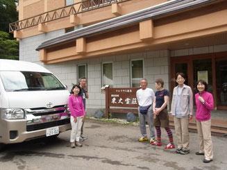 トムラウシ温泉玄関で、10人乗りの車で走りました