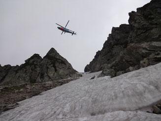 長次郎谷右俣雪渓シュルンドに近づく救助ヘリ