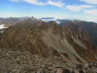 奥穂山頂からは、前も後ろもビックな景色です。槍方面
