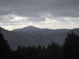 大峠から雨乞岳を望む