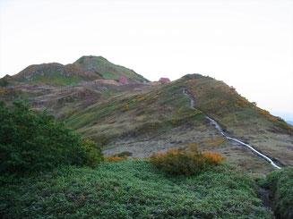 朝日小屋を後に朝日岳に登ります