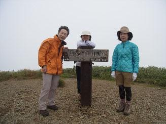 仙ノ倉山山頂にて。ここでもガス