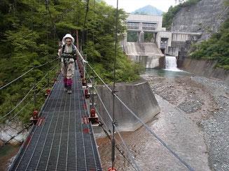 北又ダムを背に吊り橋を渡って出発