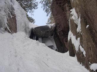左の凍った壁をダブルアックスで登りました。下から見上げた写真です。手前の雪で高さは低く見えていますが、2mはゆうに有ります。写真で見る以上に怖いです。