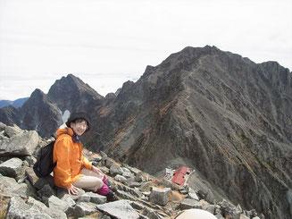 涸沢岳山頂で、奥穂を前に、まったり休憩