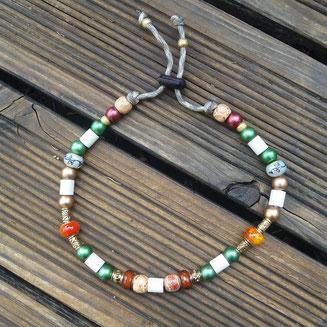 Lottes EM-Halskette mit Schmucksteinen