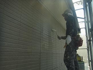 外壁密着プライマー塗装中。