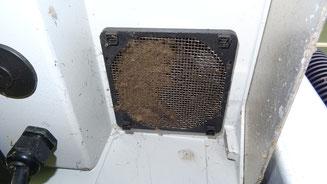 linke Gitterseite verschmutzt, rechte Seite grob gereinigt -> verschmutze Lüftungsgitter führen zum Temperaturderating der Wechselrichter und zu Ertragseinbußen