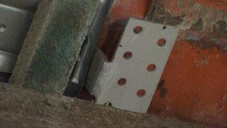 dieKrafteinleitung der Dachlast erfolgt über den Dachhaken neben dem Sparren