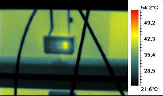 ...eine Detailunterscuhung der Anschlussdose zeigt eine warme Bypassdiode (von insgesamt 3)