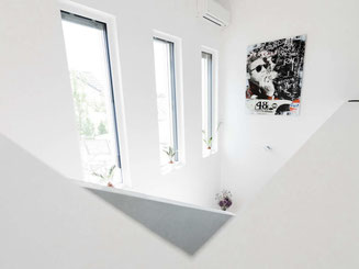 Heller Treppenbereich eines Wohnhauses