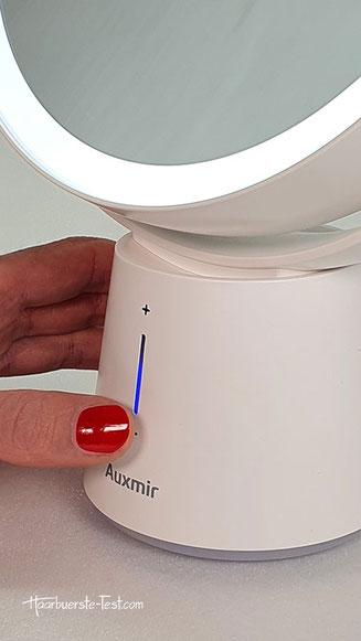 Der Auxmir Kosmetikspiegel verfügt über einen eingebauten Akku, der mit USB-Kabel geladen werden kann.