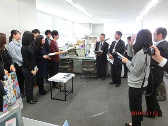 報道各社より取材を受ける学生メンバー