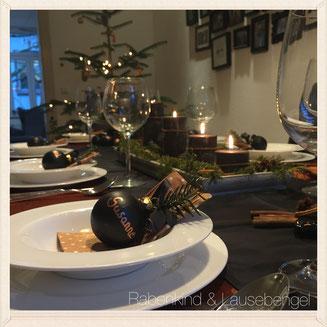 Kurz vor Weihnachten begeben wir uns an die Tischdeko für den ersten Weihnachtstag. Mit 'klick' auf das Bild gelangt ihr zum Blogbeitrag.