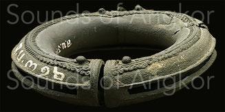 Bracelets de cheville toriques. La fente apparaît clairement. Angkor Vat. XIIe s.