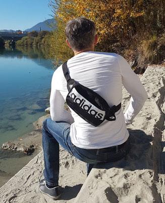 Adidas Bauchtasche lässig quer über den Oberkörper getragen