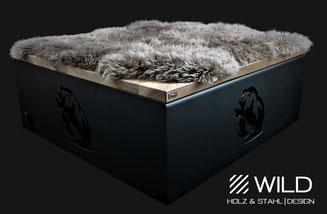 Ein Hocker mit einem Bären und Fell. Edelstahl trifft auf massives Nussholz. Ein wahres Meisterwerk im Luxusbereich. Massiv geschaffene moderne Designermöbel von WILD DESIGN.