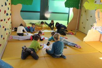 Kinder beim Lernen in der Kletterecke