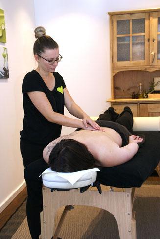 Energetische Massage, u.a. als Teil der Aromatherapie. Bei Anwendung der Massagen wird Stress abgebaut und Entspannung für Körper und Psyche sind vorprogrammiert