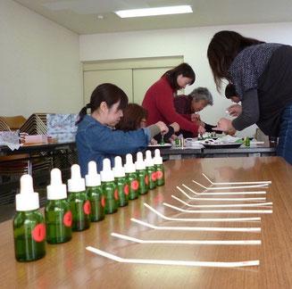 それぞれのペースで調香中。スポイド瓶に適切な濃度に希釈した精油が入っているので、初心者の方でもラクラク作業できるんですよ。