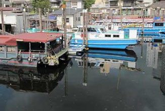 東京都・北品川橋付近の運河の船