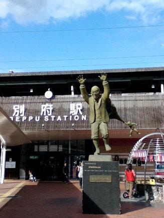 駅前のシンボル油屋熊八さんも喜んでくれております!