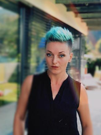 Frau, blaue Haare, Selbstbestimmerin, Coach