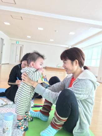 シェアリング中、単身参加の三つ子母Aちゃんが、双子くんのお世話を!みんなで赤ちゃんを見守ります