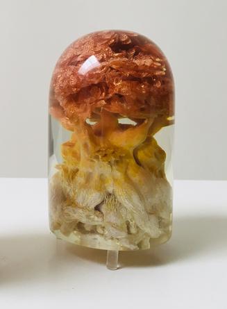 JOHANNA K BECKER, LANDOR (klein), 2017, Polymer, Holz, Glas, Farbe, Figur: Ø ca. 7,5 cm, H: 14,5 cm, € 980,--