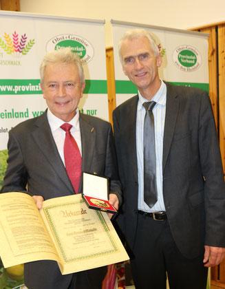 Überreichung von Urkunde und Medaille durch  Präsident Nagelschmitz an Prof. Noga.