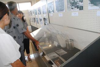 企画展では、テニアン島の収容所にあった食器などが展示されている=3日午前、八重山平和祈念館