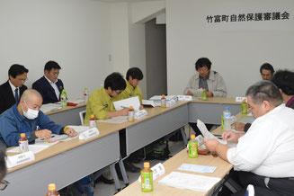 第4回竹富町自然保護審議会が開かれ、自然環境保護条例案が承認された=24日、竹富町役場