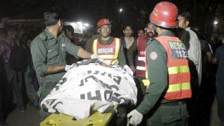 Rettungskräfte kümmern sich um die Opfer des Anschlags in Lahore. © Mohsin Raza/Reuters