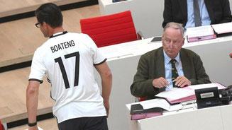 Sieht nicht so aus, als fände Alexander Gauland die Kleidungswahl von CDU-Mann Sven Petke sehr gelungen. © Ralf Hirschberger/dpa